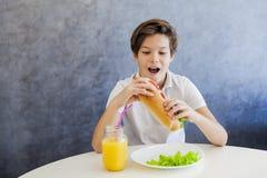 Muchacho adolescente que desayuna en casa Fotos de archivo libres de regalías