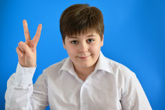 Muchacho adolescente que detenía su finger, él subió con idea Fotos de archivo libres de regalías