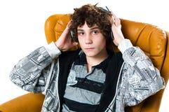 Muchacho adolescente que escucha los auriculares Fotografía de archivo