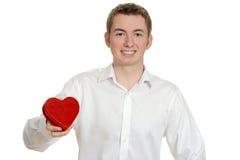 Muchacho adolescente que lleva a cabo el corazón rojo Fotos de archivo libres de regalías