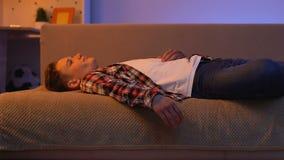 Muchacho adolescente que miente en el sofá y que sueña sobre la muchacha querida, amor en la edad torpe metrajes