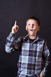 Muchacho adolescente que muestra el pulgar para arriba Fotos de archivo libres de regalías