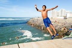 Muchacho adolescente que salta en el océano en Casablanca Marruecos #2 Fotos de archivo