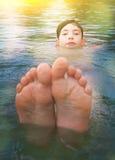 Muchacho adolescente que se baña en cierre del mar encima de la foto Imagen de archivo