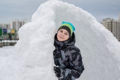 Muchacho adolescente que se coloca en fuerte de expediente de la nieve Fotos de archivo