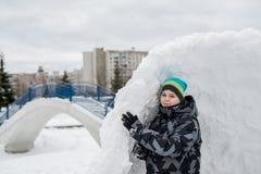 Muchacho adolescente que se coloca en fuerte de expediente de la nieve Fotos de archivo libres de regalías