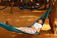 Muchacho adolescente que se relaja en hamaca Fotografía de archivo libre de regalías