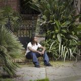 Muchacho adolescente que se sienta en el paso de progresión Fotos de archivo