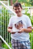Muchacho adolescente que toma la foto del selfie con la tableta del smartphone Foto de archivo libre de regalías