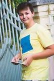 Muchacho adolescente que toma la foto del selfie con la tableta del smartphone Fotografía de archivo libre de regalías