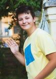 Muchacho adolescente que toma la foto del selfie con la tableta del smartphone Imagenes de archivo