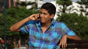 Muchacho adolescente que usa el teléfono celular Foto de archivo
