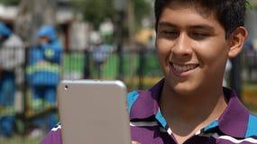 Muchacho adolescente que usa la tableta Fotos de archivo