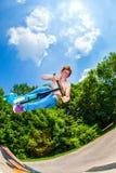 Muchacho adolescente que va aerotransportado con una vespa Fotografía de archivo