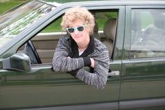 Muchacho adolescente rubio en coche Fotografía de archivo