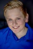 Muchacho adolescente rubio sonriente lindo Foto de archivo