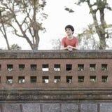 Muchacho adolescente sonriente al aire libre Imagen de archivo libre de regalías