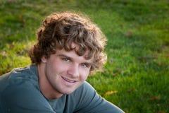 Muchacho adolescente sonriente con el pelo rizado Imagen de archivo