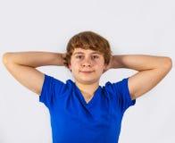 Muchacho adolescente sonriente en estudio Imagen de archivo libre de regalías