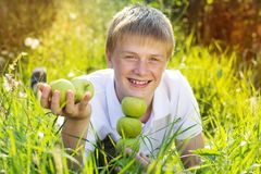 Muchacho adolescente sonriente lindo con las pecas en su cara Imagenes de archivo