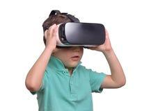 Muchacho adolescente sorprendente que lleva las gafas de la realidad virtual que miran películas Fotografía de archivo libre de regalías