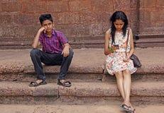 Muchacho adolescente trastornado con la amiga indiferente Imagen de archivo libre de regalías