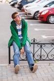 Muchacho adolescente triste en la depresión en calle de la ciudad Imagen de archivo