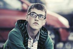 Muchacho adolescente triste en la depresión en calle de la ciudad Imagen de archivo libre de regalías
