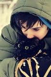 Muchacho adolescente y gato negro Fotos de archivo libres de regalías