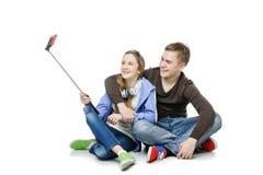 Muchacho adolescente y muchacha que toman la foto del selfie Fotografía de archivo
