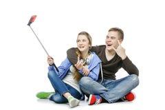 Muchacho adolescente y muchacha que toman la foto del selfie Fotografía de archivo libre de regalías