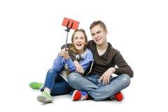 Muchacho adolescente y muchacha que toman la foto del selfie Imagen de archivo