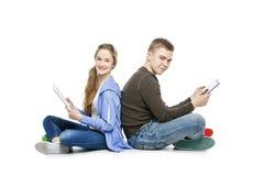 Muchacho adolescente y muchacha que toman la foto del selfie Fotos de archivo libres de regalías