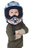 Muchacho adorable con un casco en la pista