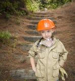 Muchacho adorable del niño con los guantes grandes que juegan a la manitas Outside Fotografía de archivo