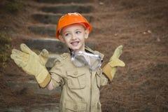 Muchacho adorable del niño con los guantes grandes que juegan a la manitas Outside Imagen de archivo
