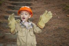 Muchacho adorable del niño con los guantes grandes que juegan a la manitas Outside Fotografía de archivo libre de regalías