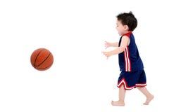 Muchacho adorable del niño que juega a baloncesto descalzo sobre blanco Imagen de archivo libre de regalías