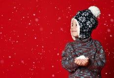 Muchacho adorable en sombrero caliente del invierno fotos de archivo