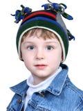 Muchacho adorable en sombrero loco del invierno Imagen de archivo