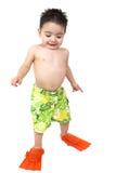 Muchacho adorable listo para nadar en sus aletas anaranjadas brillantes Imagenes de archivo