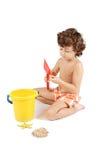 Muchacho adorable que juega en la playa Fotos de archivo