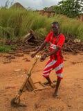 Muchacho africano local con el suplente angolano rojo brillante de la camisa del fútbol Imagen de archivo