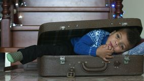 Muchacho afro lindo dentro de la maleta metrajes