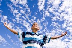 Muchacho afroamericano feliz con los brazos abiertos Fotos de archivo libres de regalías