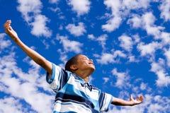 Muchacho afroamericano feliz con los brazos abiertos Fotografía de archivo libre de regalías