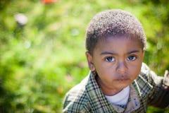 Muchacho afroamericano joven que mira para arriba la cámara Imágenes de archivo libres de regalías