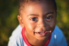 Muchacho afroamericano lindo que mira para arriba Fotos de archivo libres de regalías