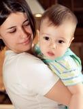 Muchacho agradable con la madre, pequeño bebé con la mamá Fotos de archivo