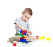 Muchacho alegre del niño que juega con el conjunto de la construcción Foto de archivo libre de regalías